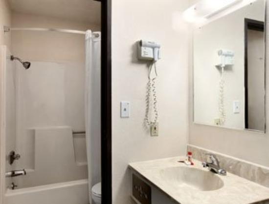 Super 8 Lawrence: Bathroom
