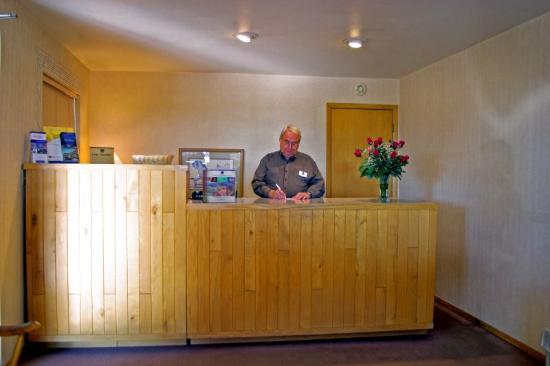 American Inn Colby: Front  Desk