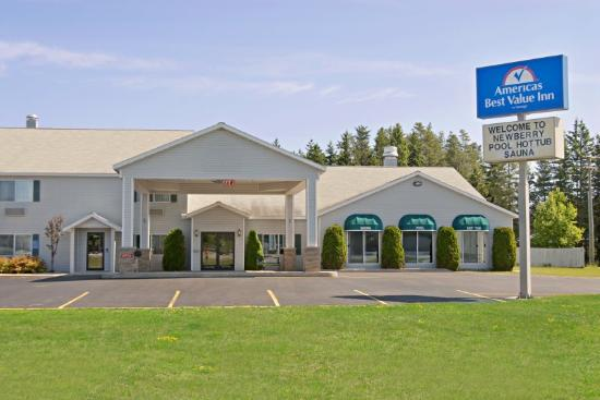 Americas Best Value Inn - Tahquamenon Country: Exterior With Sign