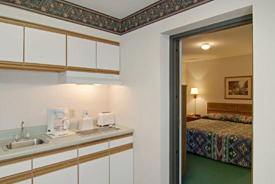 Americas Best Value Inn - Tahquamenon Country: Two Room Kitchenette 2