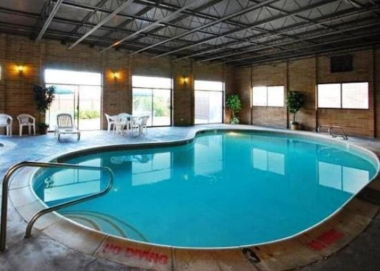 Econo Lodge Inn & Suites: Indoor Pool