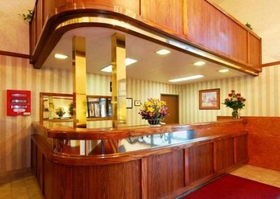 Econo Lodge Inn & Suites: Frontdesk