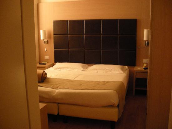 camera da letto stile moderno (scusate la scarsa qualità delle foto ...