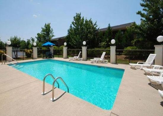 Quality Inn & Suites: Pool