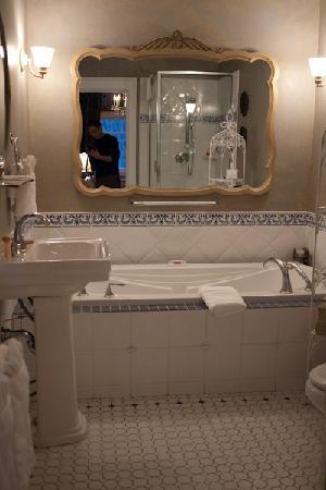 Villa Marco Polo  Inn: Alexandria room = shower + jacuzzi