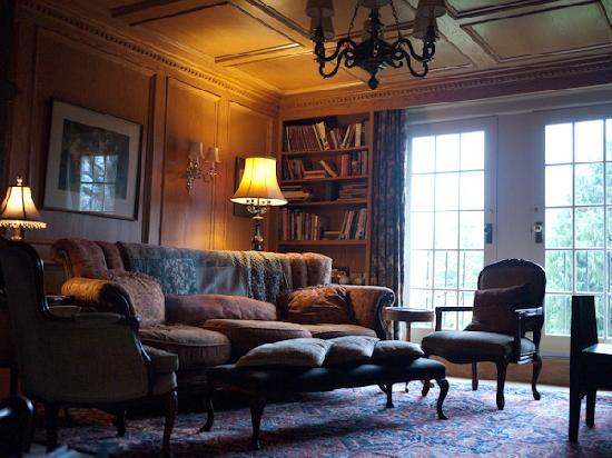 Villa Marco Polo  Inn: library with coffee, tea, hot chocolate