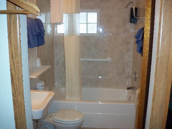 Lazy B Motel: remodeled bathrooms