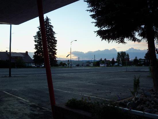 Lazy B Motel: fairgrounds in walking distance across street