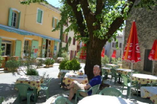 Hotel Restaurant l'Observatoire : La terrasse ombragée sous notre tilleuil bi-centenaire