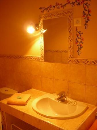 Hotel Restaurant l'Observatoire : Une des salles de bains dans une chambre d'hôtel