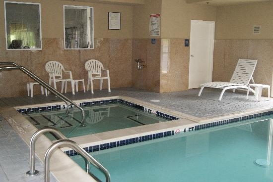 BEST WESTERN PLUS New Cumberland Inn & Suites: Indoor Jacuzzi