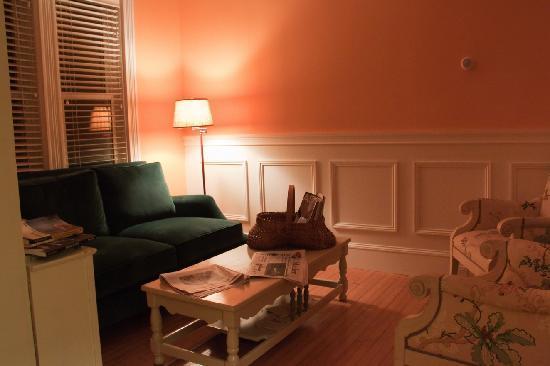 Acacia House Inn: gemütliches Sofa