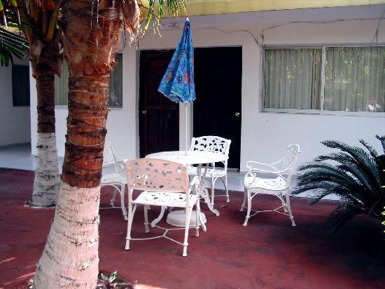 Hotel Hermanos Aguilar: My room on the patio near the pool.....