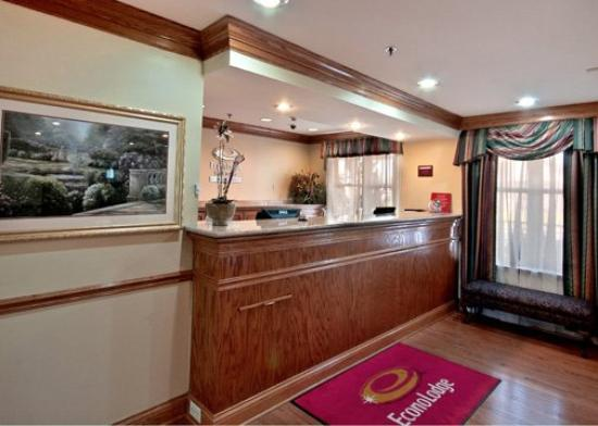 Econo Lodge Inn and Suites: Front Desk