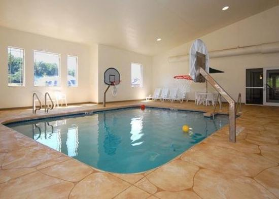 Comfort Suites at Royal Ridges: Pool