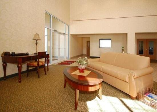 Comfort Suites at Royal Ridges: Lobby