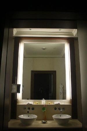 Excelsior Hotel Ernst: His and hers wash basins