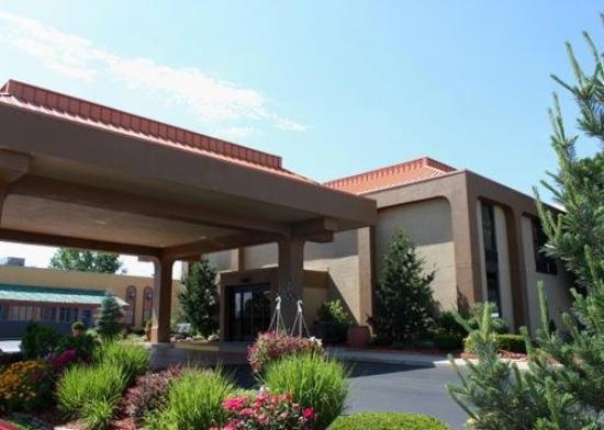 Clarion Inn & Suites Airport: Exterior