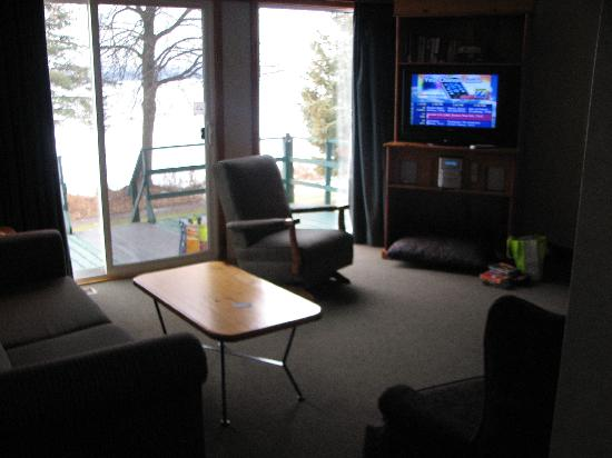 Elmhirst's Resort: Living Room with flat screen tv and woodburning fireplace (wood included)