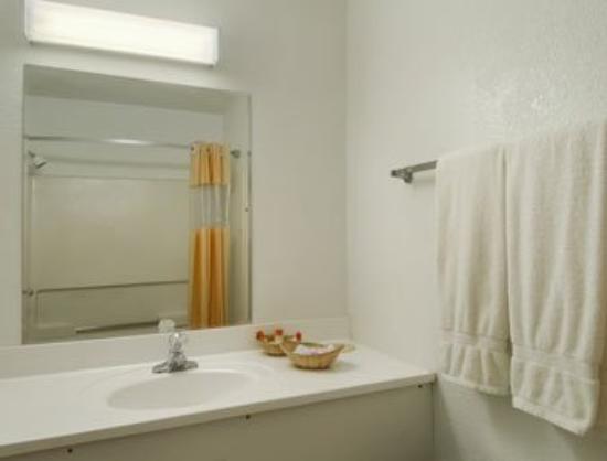Days Inn Gallup: Bathroom