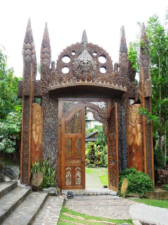 Balete, Filipinas: Huge woodcarved gate - entrance to the facilities.