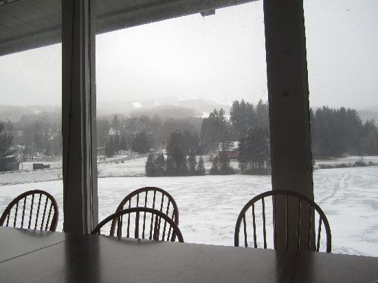 Snow Lake Lodge: Breakfast area overlooking the lake and mountain