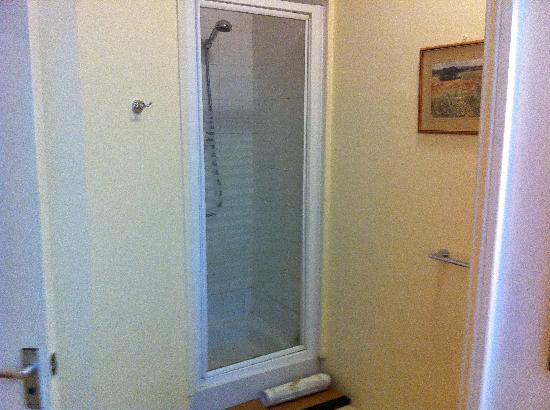 Railway Hotel : Shower, really poor pressure