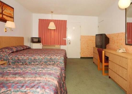 Rodeway Inn: Guest Room With Microwave And Refrigerator