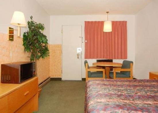 Rodeway Inn: Guest Room with table and chairs
