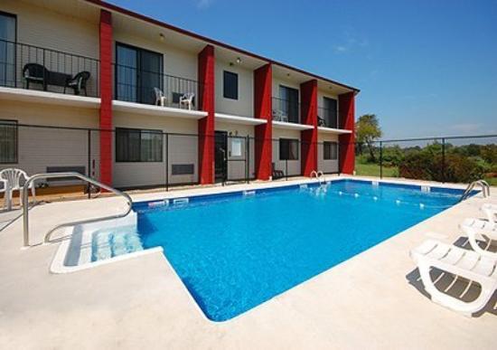 Newport Ambassador Inn & Suites : Pool -OpenTravel Alliance - Pool View-