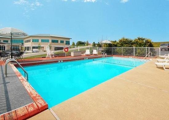 Econo Lodge Inn & Suites Lake of the Ozarks : Pool
