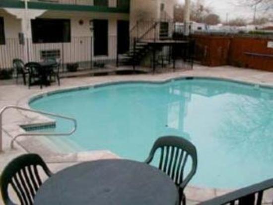 Welcome Inn: Pool View