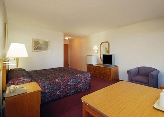 Budget Host Inn & Suites: Room