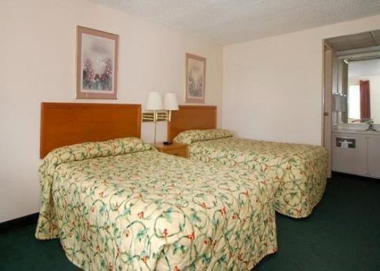 Knights Inn Elyria: Guest Room