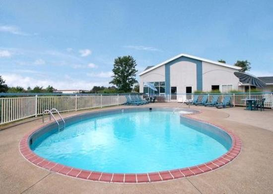 Knights Inn Elyria: Pool