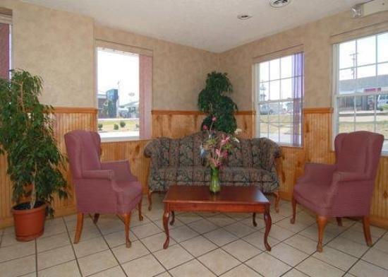 Executive Inn & Suites: Lobby