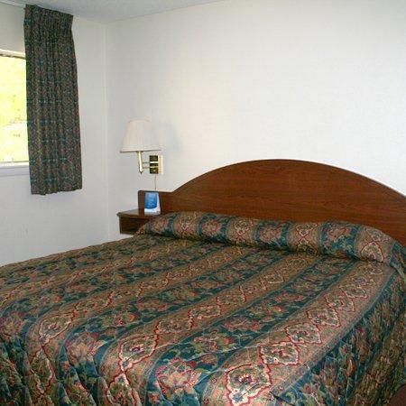 Oaktree Inn & Suites: Bd Suite Remodel Bedroom