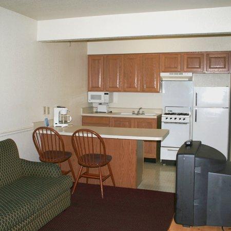Oaktree Inn & Suites: Bd Suite Living Room