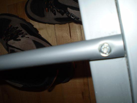 Earls Court Studios: somier sin más barras de acero o aluminio redondas. nada encima. solo colchon en muy mal estado.