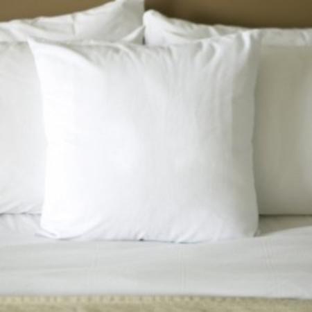 Garden Plaza Atlanta / Norcross: Pillows On Bed- Sleep In Comfort