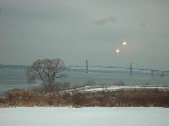 Phoenix on the Bay Cafe: View of the bridge to Canada