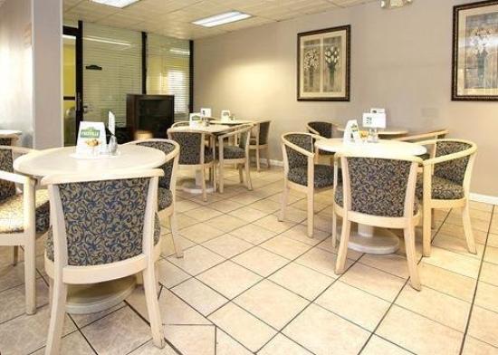 Crossroads Inn & Suites: Restaurant -OpenTravel Alliance - Restaurant-