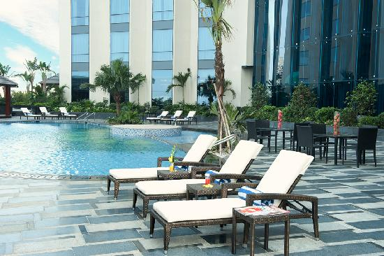 Crowne Plaza West Hanoi: Pool side