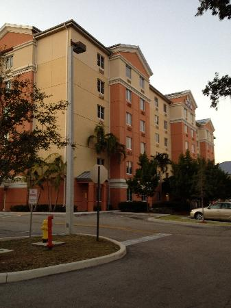 Best Western Plus Fort Lauderdale Airport South Inn & Suites: Front of the hotel