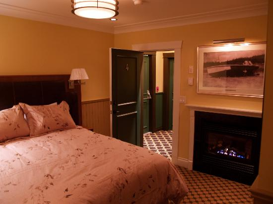 Salt Spring Inn: Deluxe Queen Room