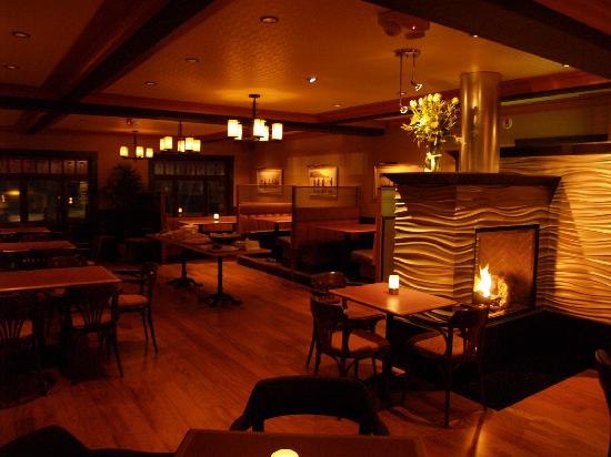 Salt Spring Inn: Comfortable Dining by our Fireplace