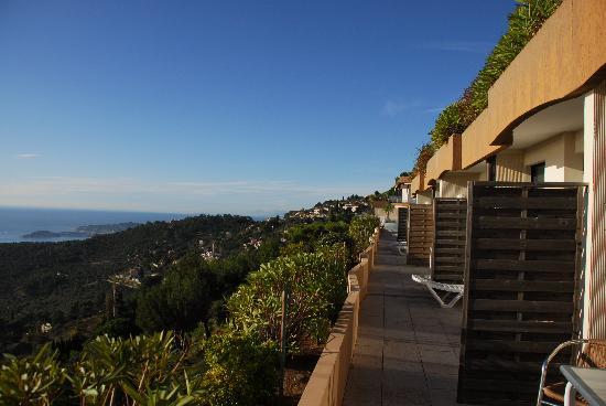 Vue sur mer avec sa terrasse et son salon de jardin au - Salon de jardin petite terrasse ...