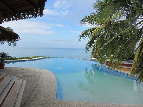Hotel Vista de Olas: Inifinity pool in the morning
