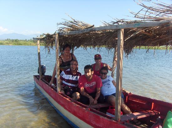 Pie de la Cuesta, Mexiko: Lanchas que te llevan a lo restaurantes del final de la barra