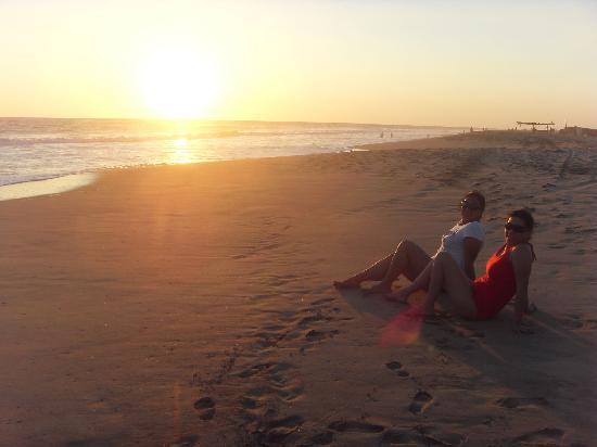 Laguna de Coyuca : Puesta de sol que puedes ver sentado en la arena